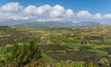 The mount Ida chain and the Messara plain seen from Phaistos, Crete, Greece. Jebulon. Image via Wikimedia under CC-by-1.0