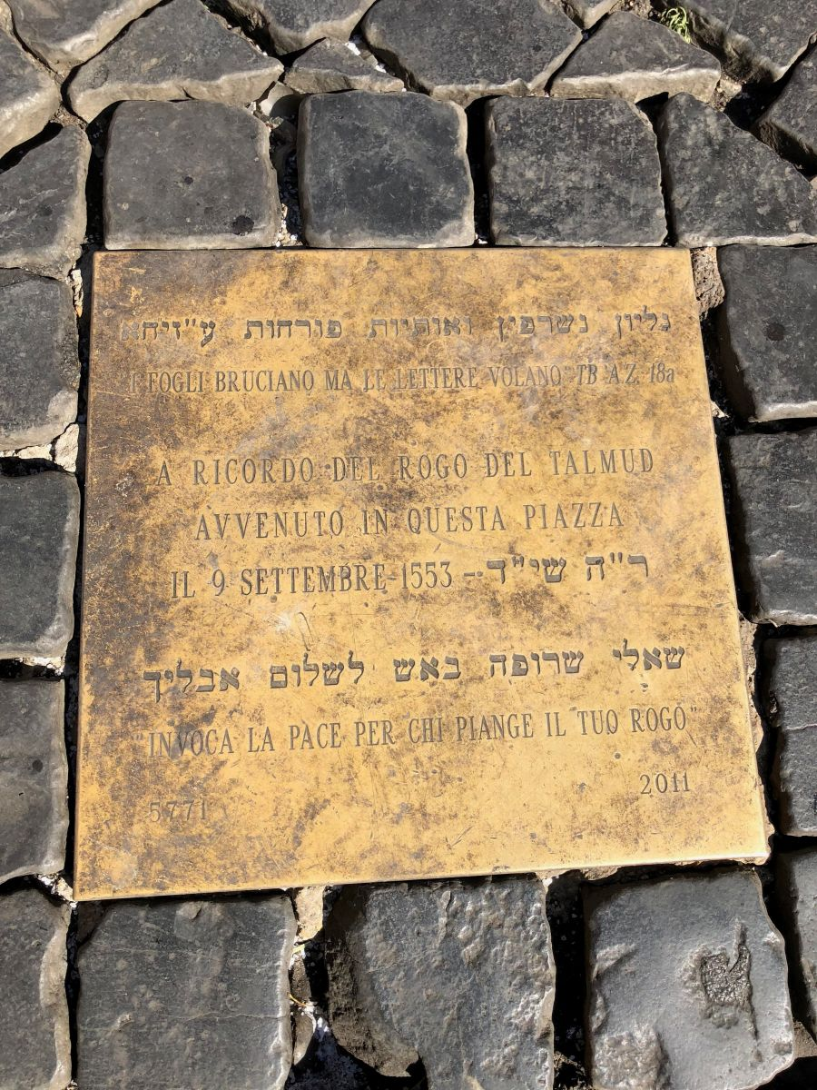 The plaque located in Campo dei Fiori commemorating the burning of the copies of the Babylonian Talmud in Rome in 1553. Image by Catherine Bonesho, unpublished.